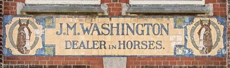Het tegeltableau met de tekst J.M. WASHINGTON, DEALER in HORSES.